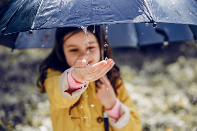 cute kid plaiyng rainy day 1157 22938